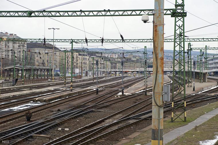 A Délibe most nem járnak vonatok, így a nagy állomás pang az ürességtől.