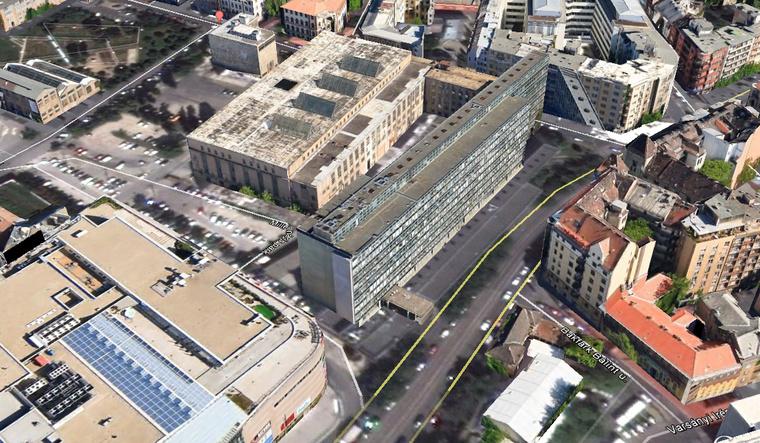 Az előtérben a volt ipari minisztérium már lebontott épülete, mögötte a csarnok, az mögött pedig a jobb felső sarokban a melegpörgető - Illusztráció: Google Earth
