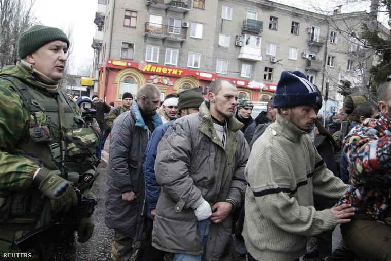 Oroszpárti szeparatisták ukrán katonákat hurcolnak végig Donyeckben azon a helyen, ahol pár nappal korábban rakétatalálat ért egy trolibuszt.