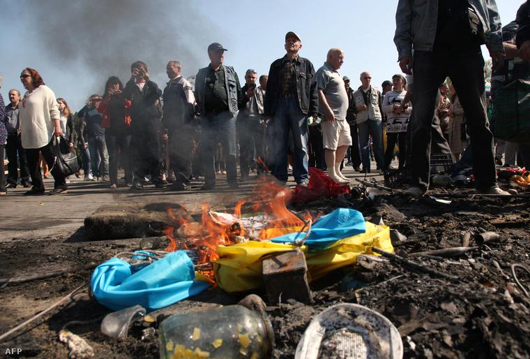 Ukrán zászlót égetnek oroszpárti tüntetők az odesszai Szakszervezetek Háza előtt (2014.)