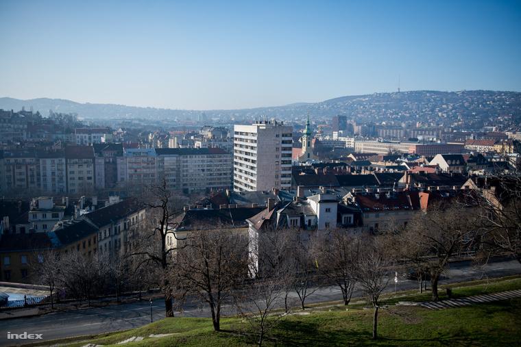 A mostani tízemeletes ház helyén volt a zsidó temető, ami egészen a 18. századig használatban volt. Ide temették Werbőczy Istvánt is, mive éppen járvány volt, és a városfalon belül nem lehetett temetkezni.