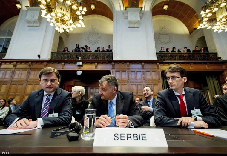 A szerb küldöttség tagjai: Nikola Selkovic igazságügyi miniszter, Petar Vico nagykövet és Sasa Obradovic, a szerb jogászi csoport vezetője (b-j) a hágai Békepalota Igazságügyi Nagytermében 2015. február 3-án.