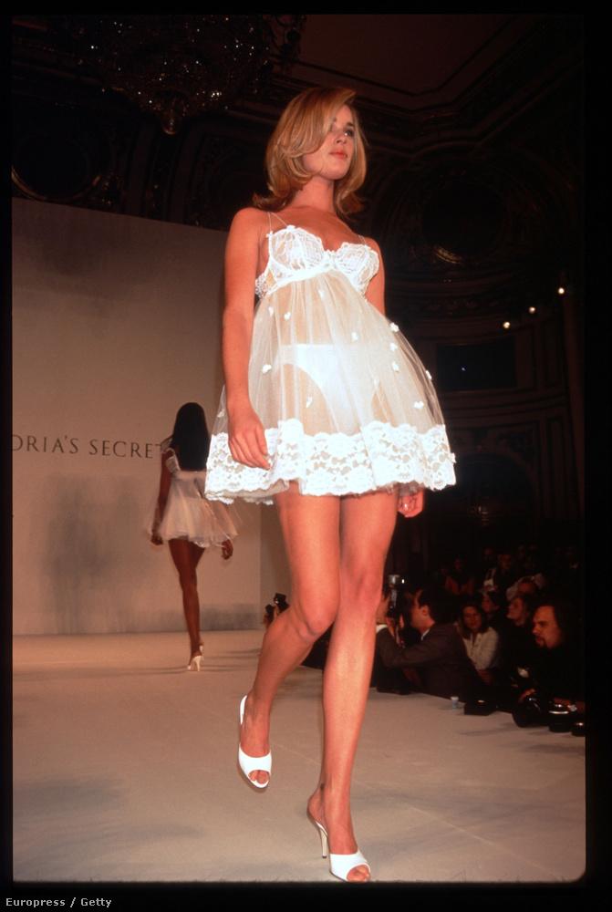 Ő itt Rebecca Romijn és neki is baromi magas a bugyija