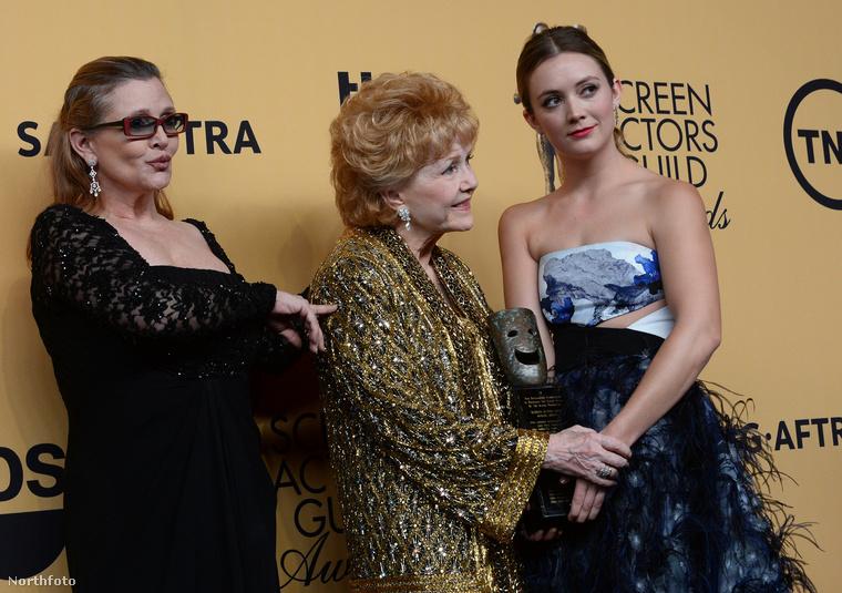 Egyébként ha nem ismerte volna fel, az a szemüveges hölgy ott Billie Lourd édesanyja, vagyis Carrie Fisher