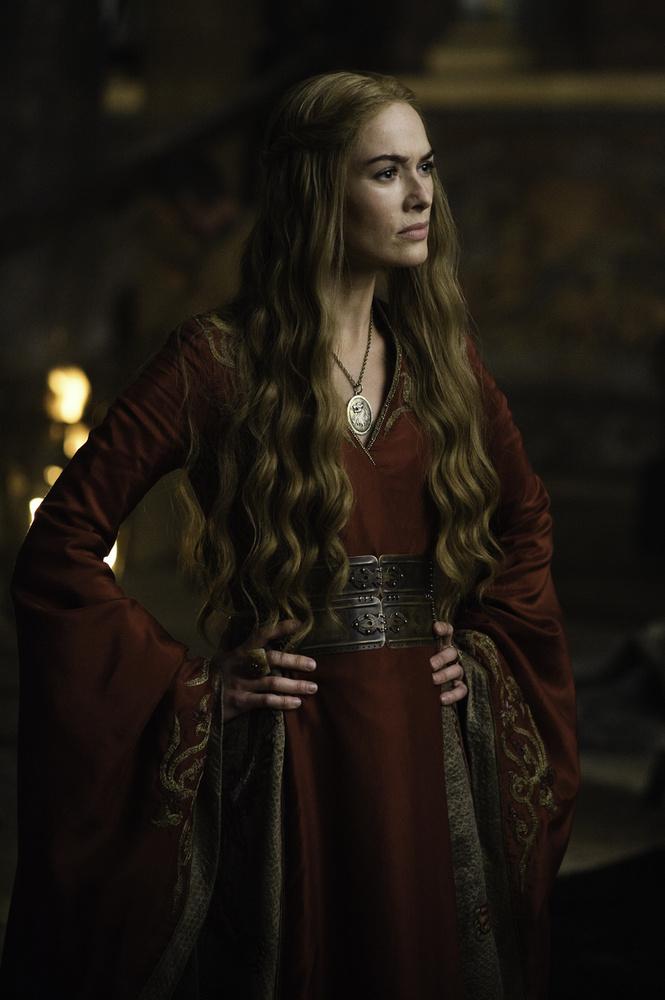 Lena Headeyt, aki a Trónok harca című sorozat Cersei Lannisterjeként lett ténylegesen világhírű, általában így szoktuk látni.