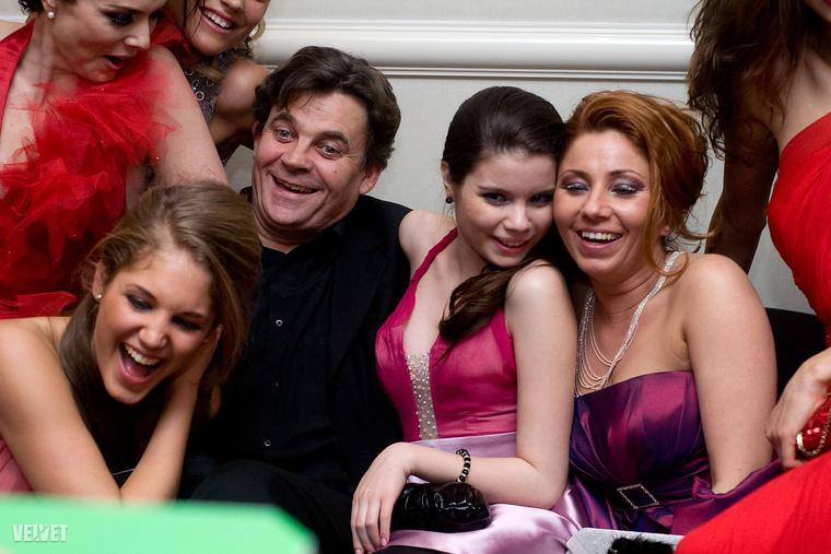 itt a Barátok közt női veszik körül (2011).