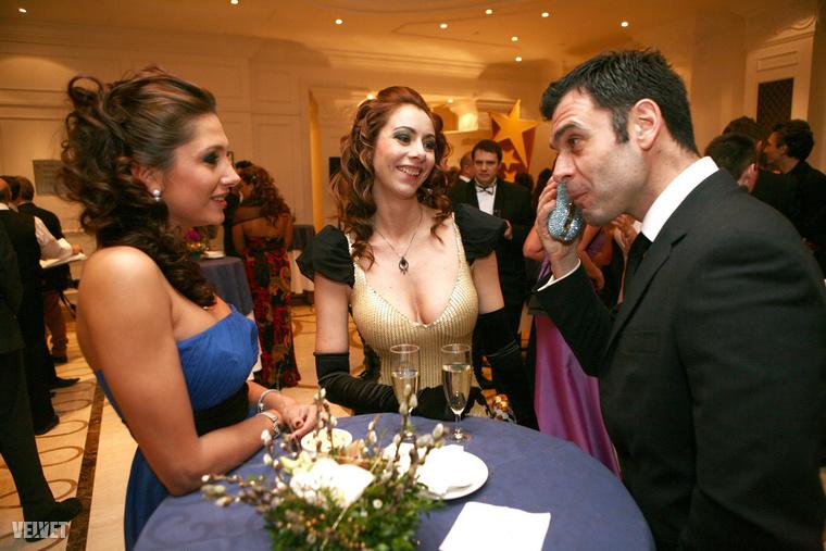 Ez az úr annyira zavarba jött Horváth Éva és Szabó Patrícia társaságától, hogy egyikük táskájával telefonál.