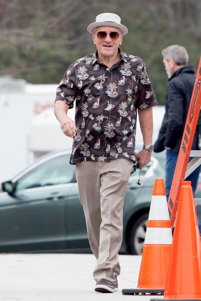 A színész szemmel láthatóan nagyon élvezi a forgatást, mondjuk egy ilyen menő ingben nem is lehet szomorkodni