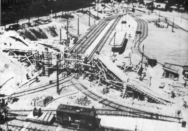 1940. Javában zajlik az építkezés, senki sem sejti, hogy néhány év múlva ennél sokkal romosabb állapotba kerül