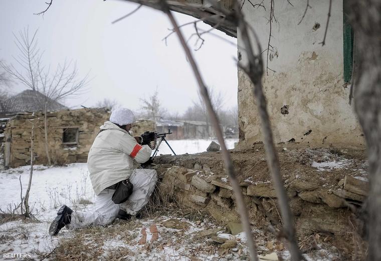 Az ukrán hadsereg katonája őrjáraton Luhanszk környékén