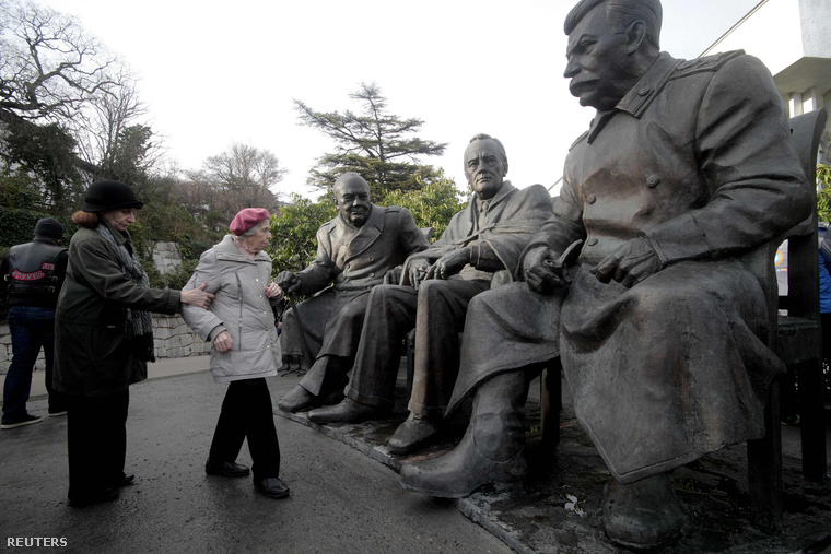 Turisták a 70 éve rendezett jaltai konferencia műemléke előtt a Krímben.