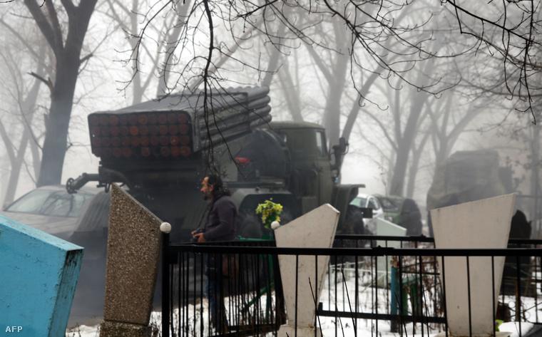 Grad-rendszert szállító teherautó egy Donyeck melletti temetőben, amit oroszpárti szeparatisták telepítettek.