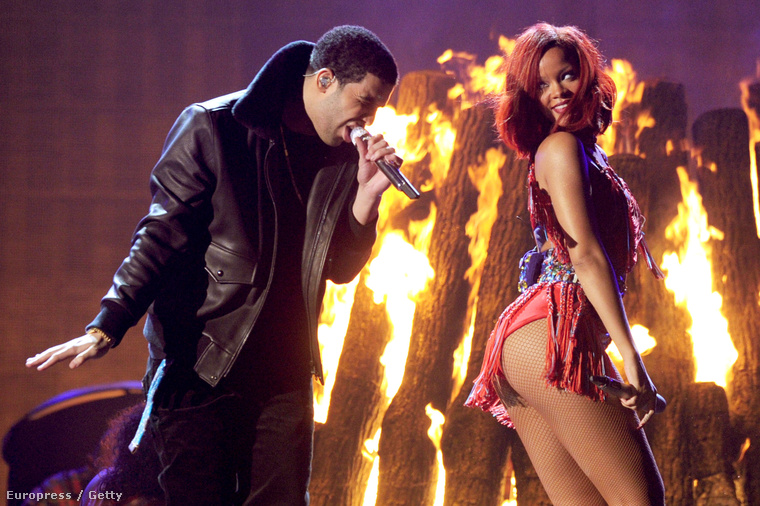 2011, Rihanna Drake-nek rázza a seggét.