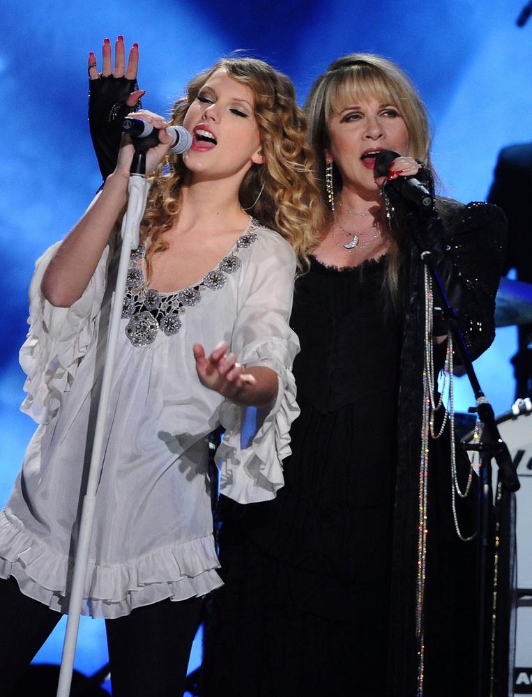 Díványos húgaink remek cikkét, az énekesnő stílusfejlődéséről, itt olvashatják el
