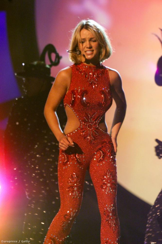 2000, Britney Spears egész pofás produkciót rittyentett, itt megnézhetik.