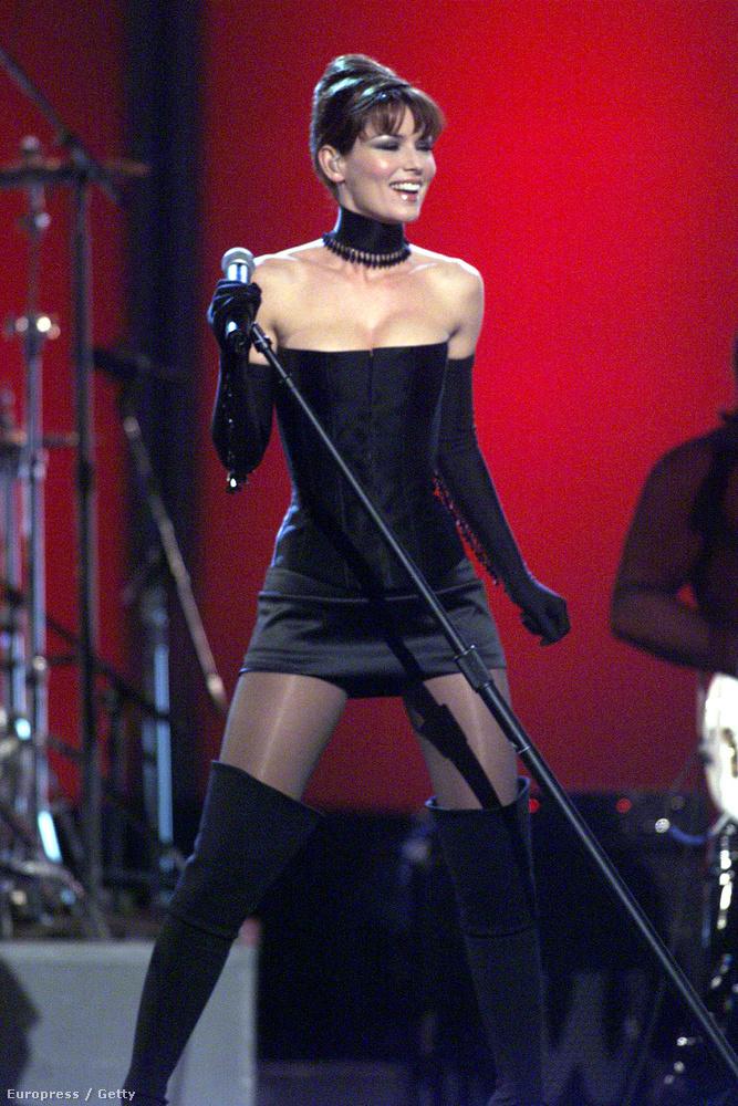 Shania Twain 1999-ben lépett fel így, ez a szett azért elég kemény.