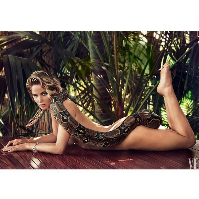 A hét vége felé aztán az állatok és a celebnők összekeveredtek, Jennifer Lawrence testét csak egy kígyó takarta...