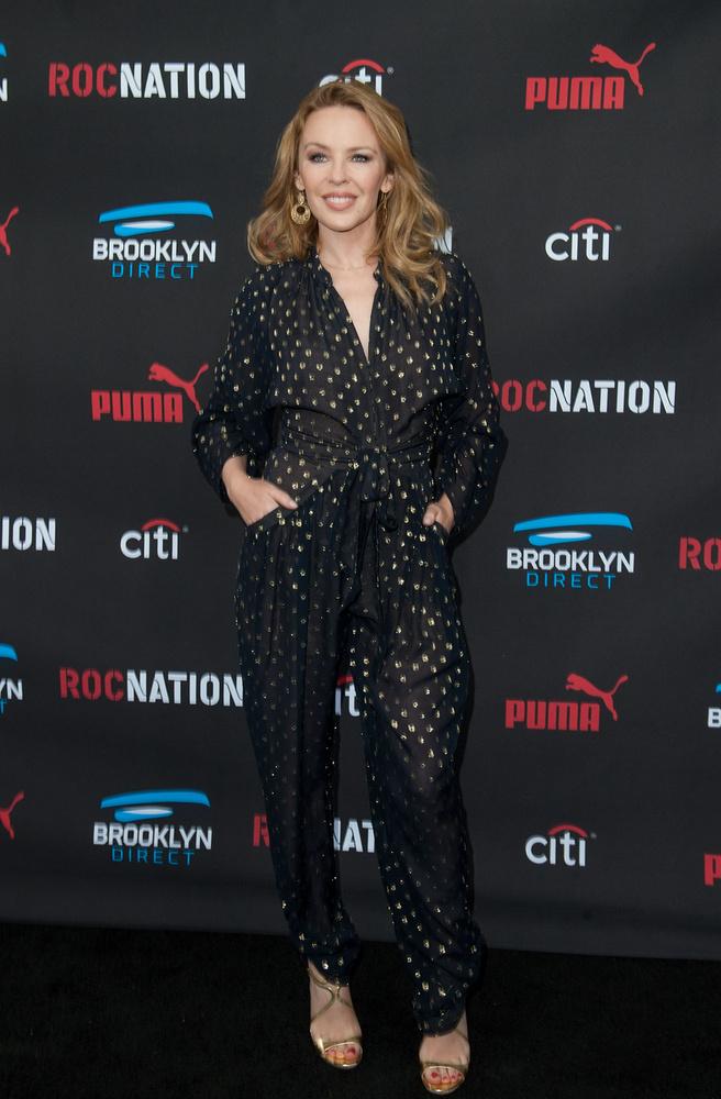 Kylie Minogue pizsama szerű ruhájában is elegáns.