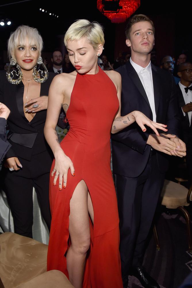 Miley Cyrus csak egy kicsit fogta vissza magát a Pre-Grammy gálán, bár a felsliccelt ruhája ülve még durvább lehet.