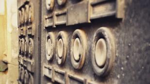 Tele van Budapest ősrégi kapucsengőkkel