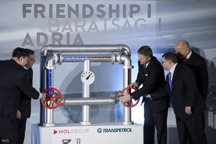 Orbán Viktor miniszterelnök (b2) és Robert Fico szlovák kormányfő (b3) valamint Fasimon Sándor MOL Magyarország ügyvezető igazgatója (b) Ivan Krivosudsky a Transpetrol vezérigazgatója (b4) és Világi Oszkár a Slovnaft vezérigazgatója (j) jelképesen megnyitják a vezetéket a Barátság I. kőolajvezeték felújítása alkalmából rendezett ünnepségen a szlovák Transpetrol kőolajszállító vállalat kistompai átemelő állomásánál 2015. február 9-én.