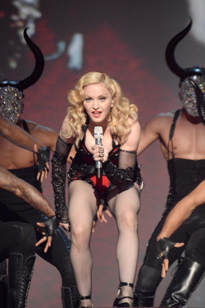 Ilyen bikafejű, maszkos táncosokkal lépett fel az énekesnő.