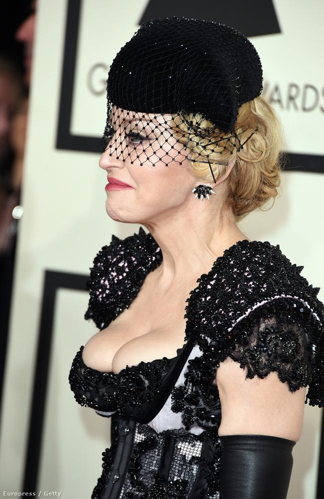 Igen, már kedd van, és a Grammy-díjkiosztó vasárnap este volt Los Angelesben, de van még egy csomó érdekes képünk Madonnáról.