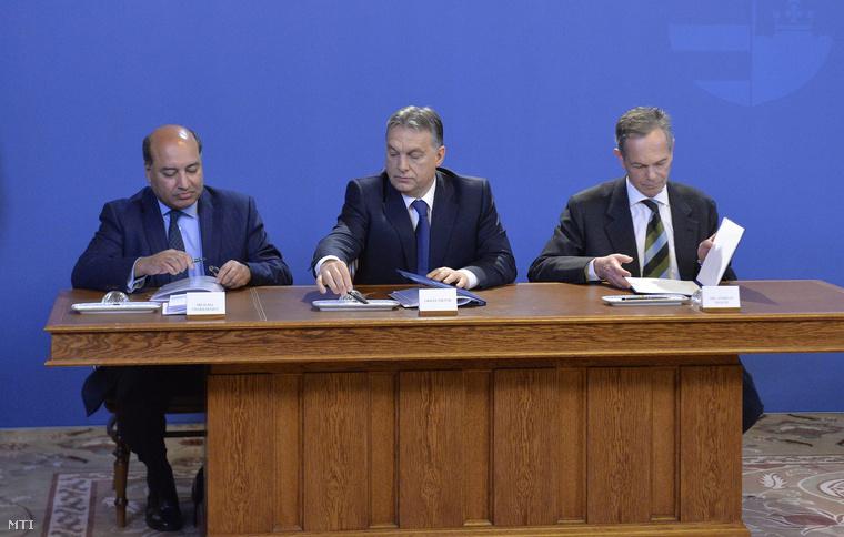 Orbán Viktor miniszterelnök (k) Suma Chakrabarti az Európai Újjáépítési és Fejlesztési Bank (EBRD) elnöke (b) és Andreas Treichl az osztrák Erste Group Bank AG vezérigazgatója (j) megállapodást ír alá az Országházban