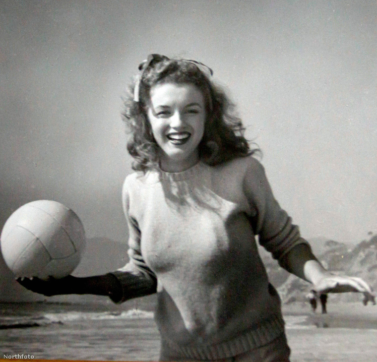Ez a fehér pullóveres, tengerparti sorozat például a színésznő 20 éves kora körül készülhetett, valamikor 1946-ban