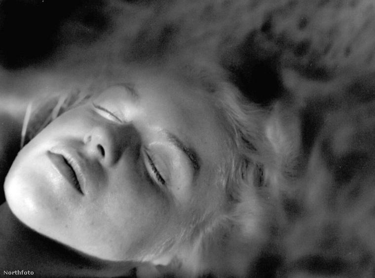A novemberben elárverezett fotók közt talán ez volt a legbizarrabb felvétel - ezen Monroe halált színlel.