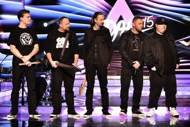 A Proof of Life Depeche Mode klubnak öltözött be, kivéve a rapperüket, aki egy fehér tornacipővel lázad.