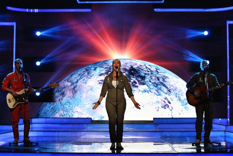 Péter Barbara pedig, mivel arról énekelt, hogy mindenki hallgasson az univerzumra, egy NASA-ruhát kapott, ráadásul saját magától, nem a stylisttól