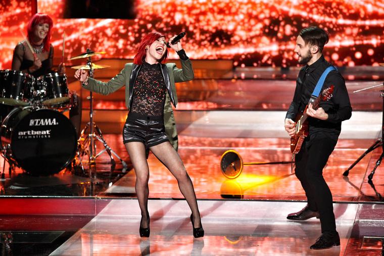 Kezdjük a nőkkel: a műsorban eddig összesen két énekesnő lépett fel nadrágban, és szinte mindenki pirosban látható