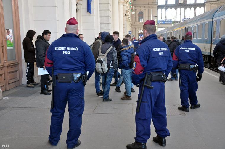 Rendőrök intézkednek a Keleti pályaudvaron feltartóztatott koszovói bevándorlókkal szemben 2015. február 7-én.