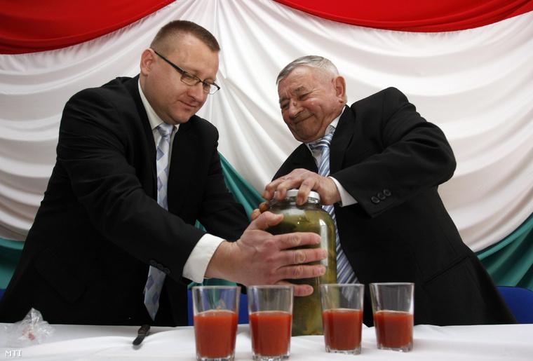 Szepessy Zsolt, az Összefogás Párt országos elnöke segít Szoboszlai Barnának, a párt miniszterelnök-jelöltjének, országos listavezetőjének, Borsod-Abaúj-Zemplén megye 12-es egyéni választókerülete országgyűlési képviselőjelöltjének kinyitni a maga készítette savanyú uborkát.