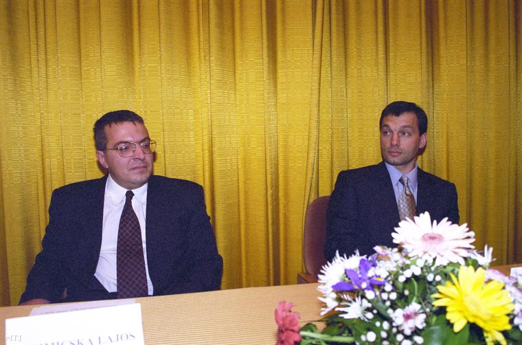 Az egyik utolsó közös kép Orbán Viktorról és Simicska Lajosról. Az APEH állománygyűlése a MTESZ-székházban (1999)