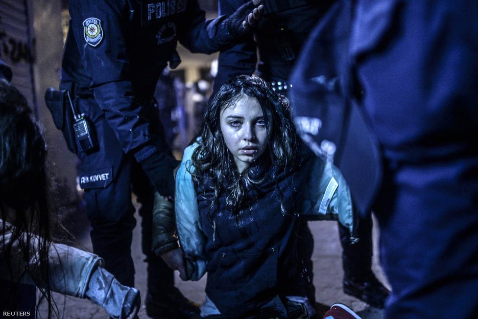 Bulent Kilic fotója egy törökországi tüntetőről, aki a 15 éves török fiú, Berkin Elvan halálára szervezett szimpátiatüntetésen sebesült meg a rendőri összecsapásban. A hír kategória első helye mellett Bulent Kilic lett az év ügynökségi fotósa is.