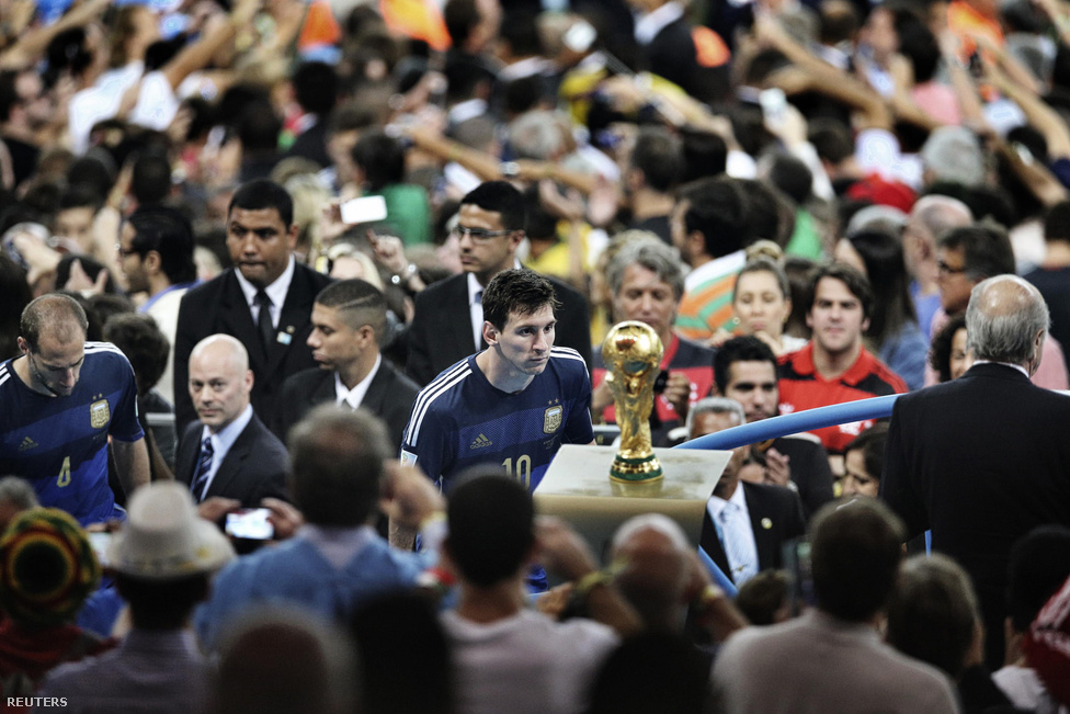 Sport kategóriában egyáltalán nem meglepő módon a labdarúgó vb döntője után készült örömfotó nyert, amin Messi csodálkozik rá a kupára.