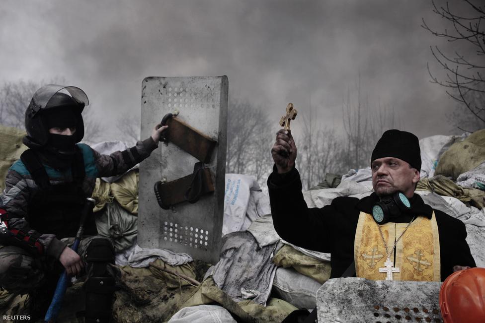 Ortodox pap a kijevi forradalom idején a Majdanon. Jerome Sessini fotója második lett kiemelt hír kategóriában.