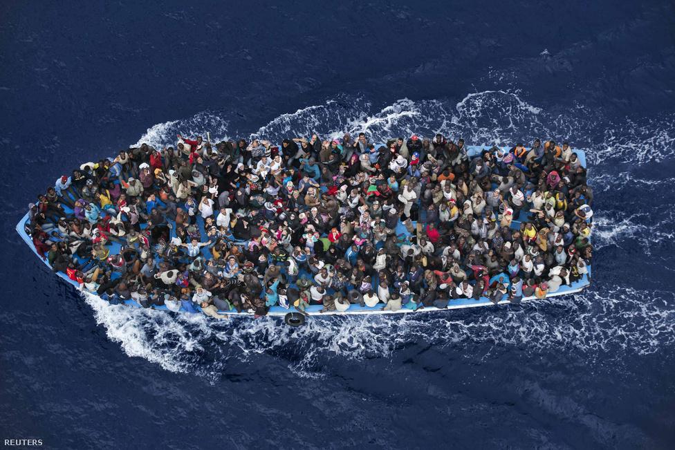 Massimo Sestini, olasz fotós, a kiemelt hírek kategória egyik díját zsebelte be ezzel a légi fotóval. Hajótörött afrikai menekülteket szállítanak a partra egy mentőhajóval az olasz partoknál.