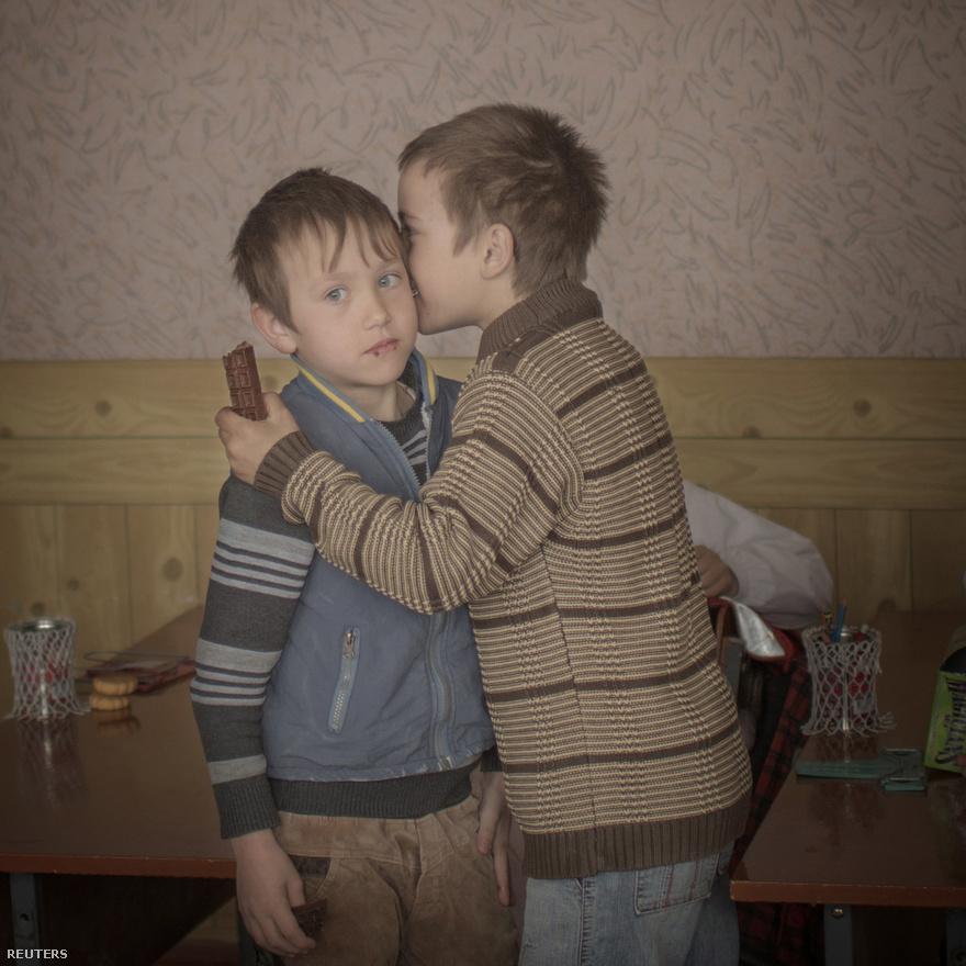 Mindennapok, második hely: egy moldovai ikerpár, Igor és Arthur, csokoládét osztanak az osztálytársaiknak, a kilencedik születésnapjuk alkalmából.