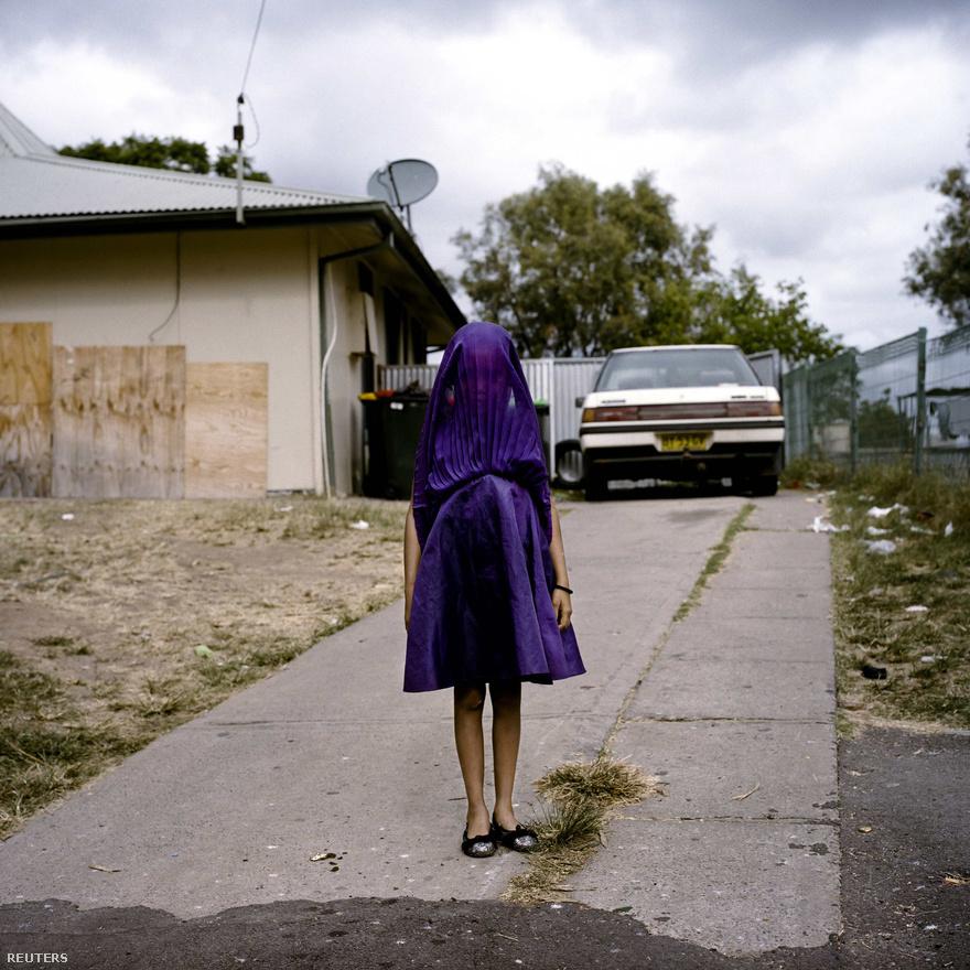 Egy kislány az új ruhájában várja a vasárnapi iskolabuszt az ausztrál Moree-ban. Ezzel a képpel nyert portré kategóriában első helyet Raphaela Rosella.