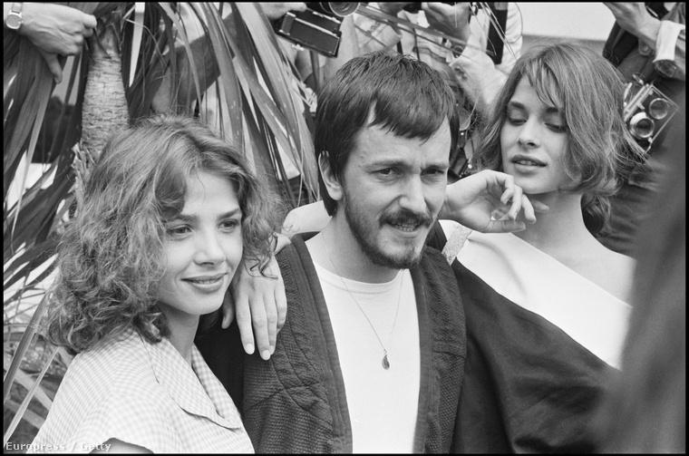 Nastassja Kinski és Victoria Abril öleli Jean Jacques Beineix  az 1983-as Cannes-i Filmfesztiválon.