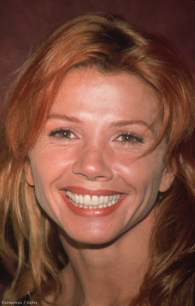 Victoria Abril vörösre váltott 1995-ben, a színésznő A vágy törvénye filmben dolgozott először Almodovarral, szerepelt a Kikában, a Kötözz meg és öleljben és a Tűsarokban