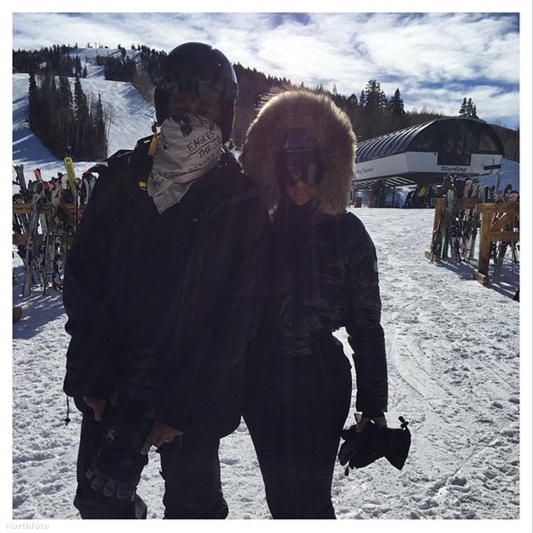 Kanye West és Kim Kardashian is voltak síelni, de valamiért ellenfényben fényképezkedtek