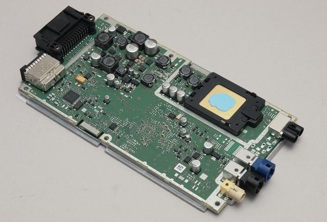 Így néz ki a combox levetkőztetve. Van benne egy SH-4A RISC-processzor meg egy alacsony áramfelvételű V850ES mikrokontroller. A fekete dobozka a jobb felső sarokban a modem.
