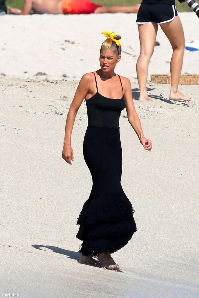 Kevés nőnek sikerül ennyire kitűnnie egy tengerparton, de azért Kroesnak sikerült.