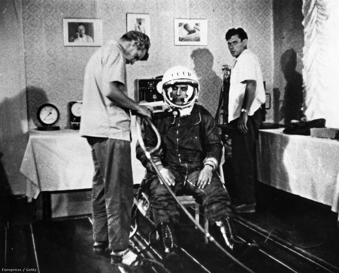 Vlagyimir Komarovot készítik elő egy próbarepüléshez, 1962-ben.