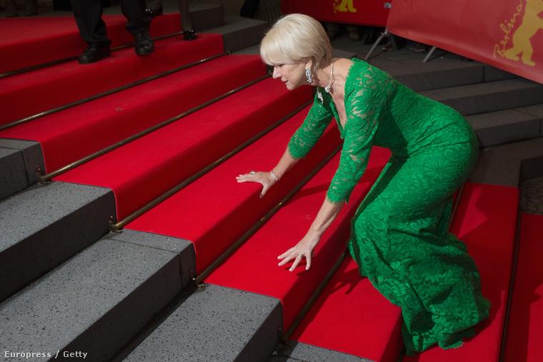 Helen Mirren a Berlinálén botlott el, de ezt is méltóságteljesen csinálta