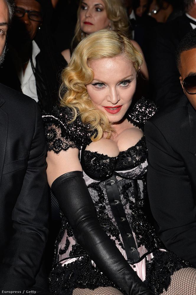 A hét viszont nem Kardashiannal, hanem Madonna vállalhatatlan külsejével indult, aki nem csak a melleit préselte az arcába az idei Grammy-díjátadón, hanem a seggét is kirakta.